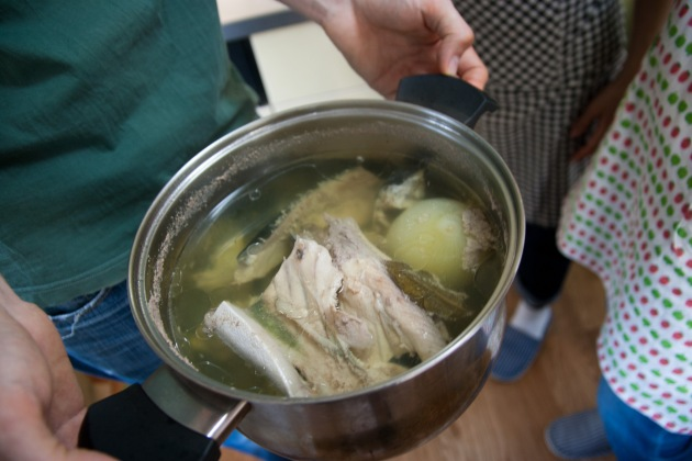 パエリア用の魚のスープ