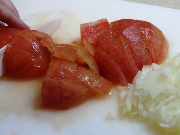 カットしたトマトと玉ねぎのみじん切り