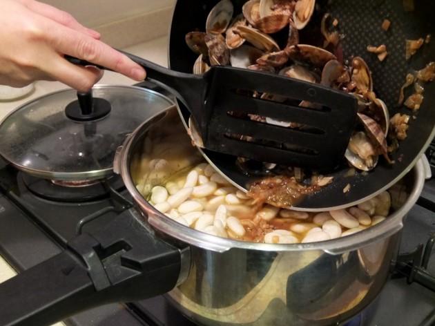 トマト、玉ねぎ、豆を鍋に入れて、アサリの煮汁を加える