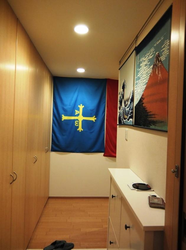 正面にはアストゥリアス地方の旗