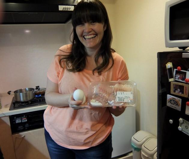 タラと卵を持ったCarmenさん。かわいい!