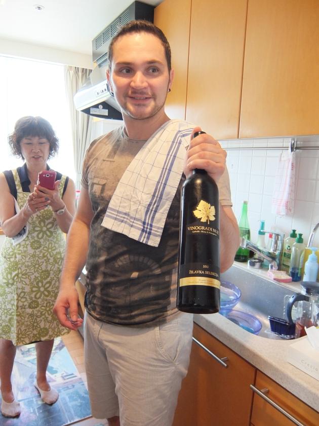 ワインの説明をするMarkoさん