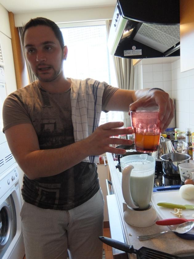カリフラワーの中に、ヴェゲタスープをちょっとずつ加えて味を調節します。