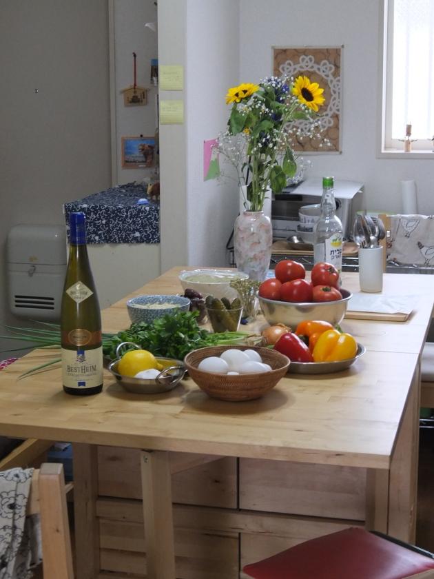 テーブルの上には今日の材料と共に、綺麗なお花が。さりげない心遣いが嬉しい。