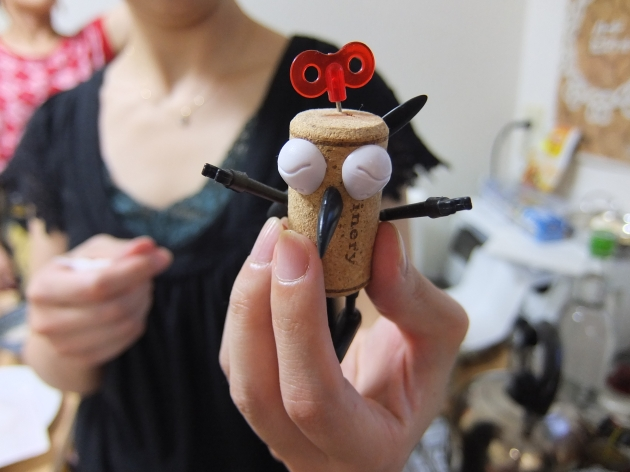 これは、Kobiさんが作ったもの。手足や目、頭のねじは、なんと変わった形の画鋲でできています。カワイイ♪