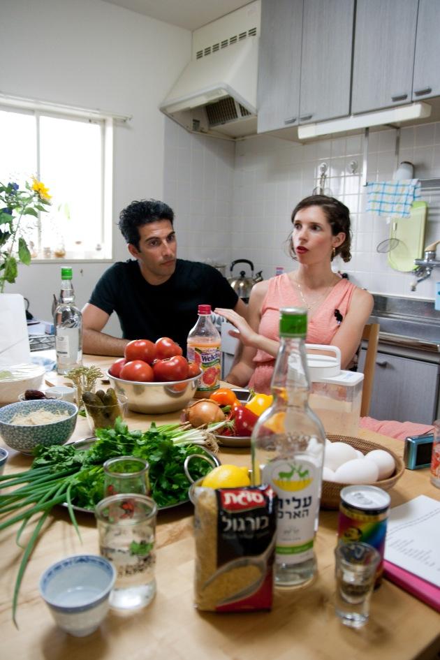 今日の料理の材料と、説明するKobiさん&Nitsanさん