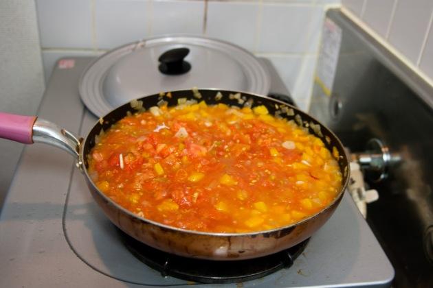 トマトと他の野菜を炒め合わせます。この段階で、既においしそう…