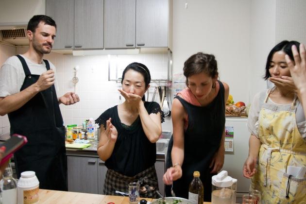 みんなで味見中。Taoさんは考えてる??