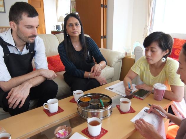 お茶を飲みながら、ヘマさんの説明を聞く私たち。テーブルの中央にはスパイスボックス