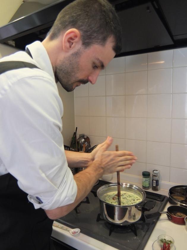 真剣な表情でスープを混ぜるTaoさん。さっきの棒はこうやって使うんですね~