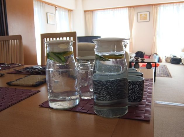 ヘマさんが用意してくれたお水には、なんとレモンとキュウリが入ってました!レモンウォーターはよくあるけど、キュウリって初めてかも!