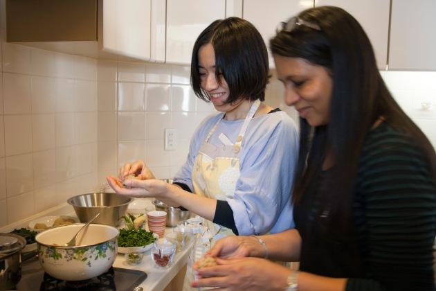 楽しく、炒めた野菜を丸めているところ