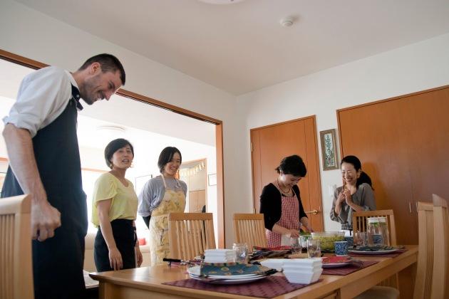 みんなでテーブルセッティング中。お腹空いた~~